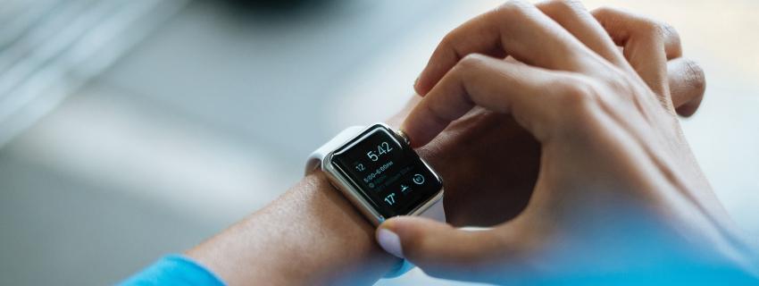 Bild vom Einstellen einer Armbanduhr
