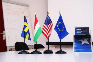 Bild von verschiedenen Flaggen auf dem Schreibtisch