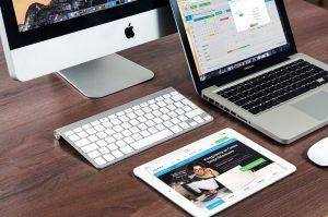 Bild von Tablet und Apple Mac mit Apps darauf